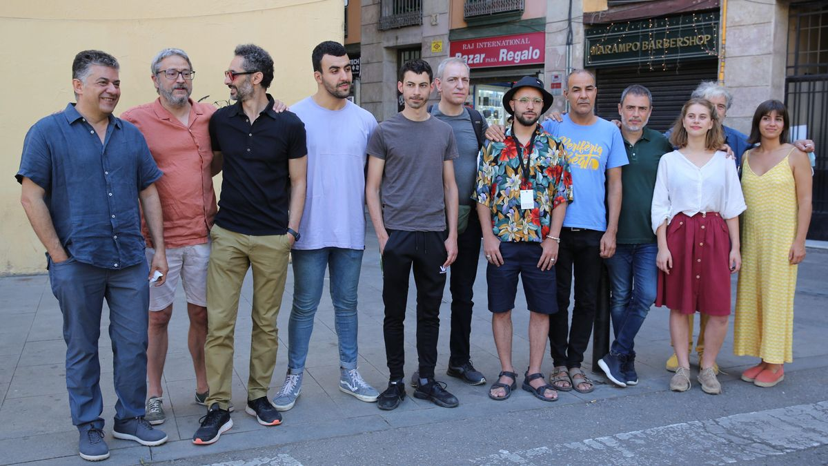 Cesc Casadesús (izquierda), director del Festival Grec, junto al equipo de 'Carrer Robadors', en la zona del Raval donde transcurre parte de la obra.