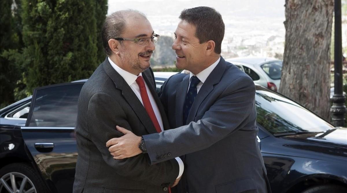 El presidente de Castilla-La Mancha, Emiliano García-Page, saluda a su homólogo aragonés, Javier Lambán, este viernes en Cuenca.