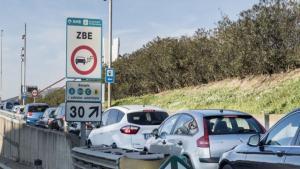 Barcelona barra el pas amb multes als cotxes més contaminants