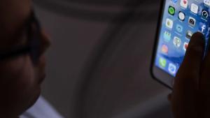 Un menor navega en internet con su teléfono móvil.