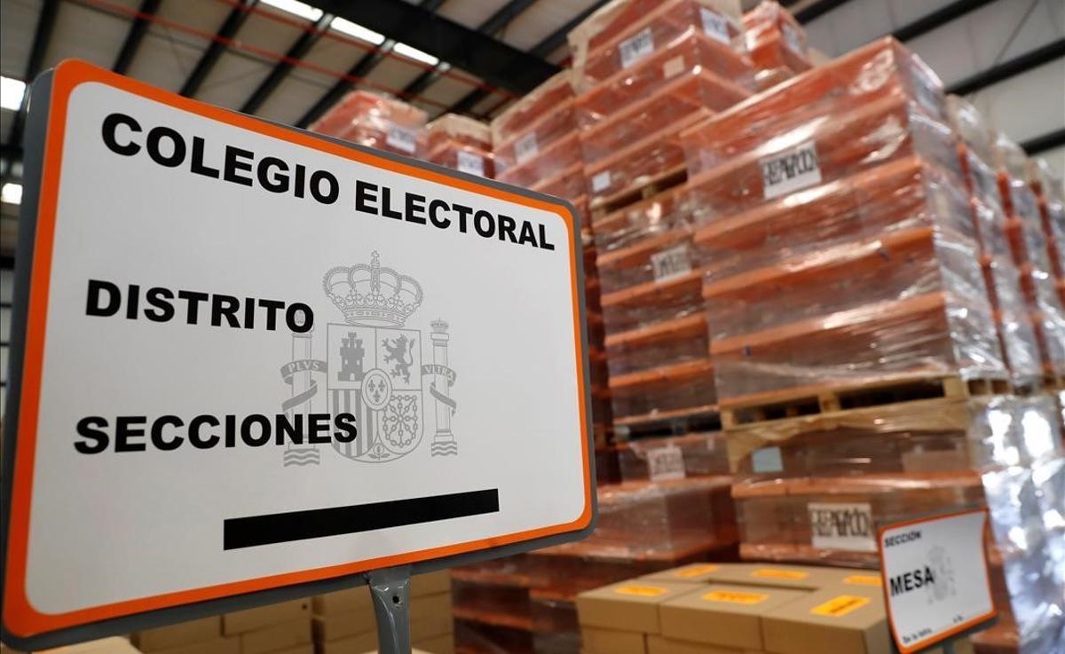 Material preparado para las elecciones generales del 10 de noviembre del 2019 en un centro logístico de Alcalá de Henares.