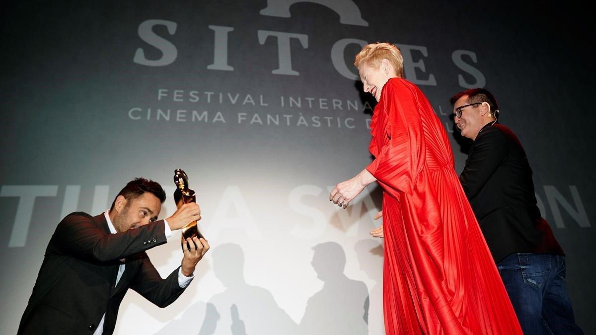 Tilda Swinton, que apareceen'Suspiria', recibeel Gran Premi Honorífic de manos de J. A. Bayona.