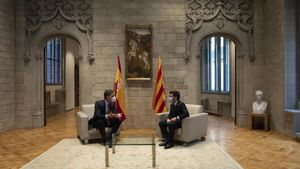 El presidente del Gobierno, Pedro Sánchez, y el 'president' de la Generalitat, Pere Aragonès, en el Palau de la Generalitat en Barcelona, antes de la reunión de la mesa de diálogo sobre Catalunya.