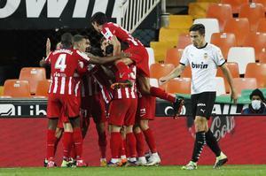 Los jugadores del Atlético celebran el gol de la victoria en Valencia.