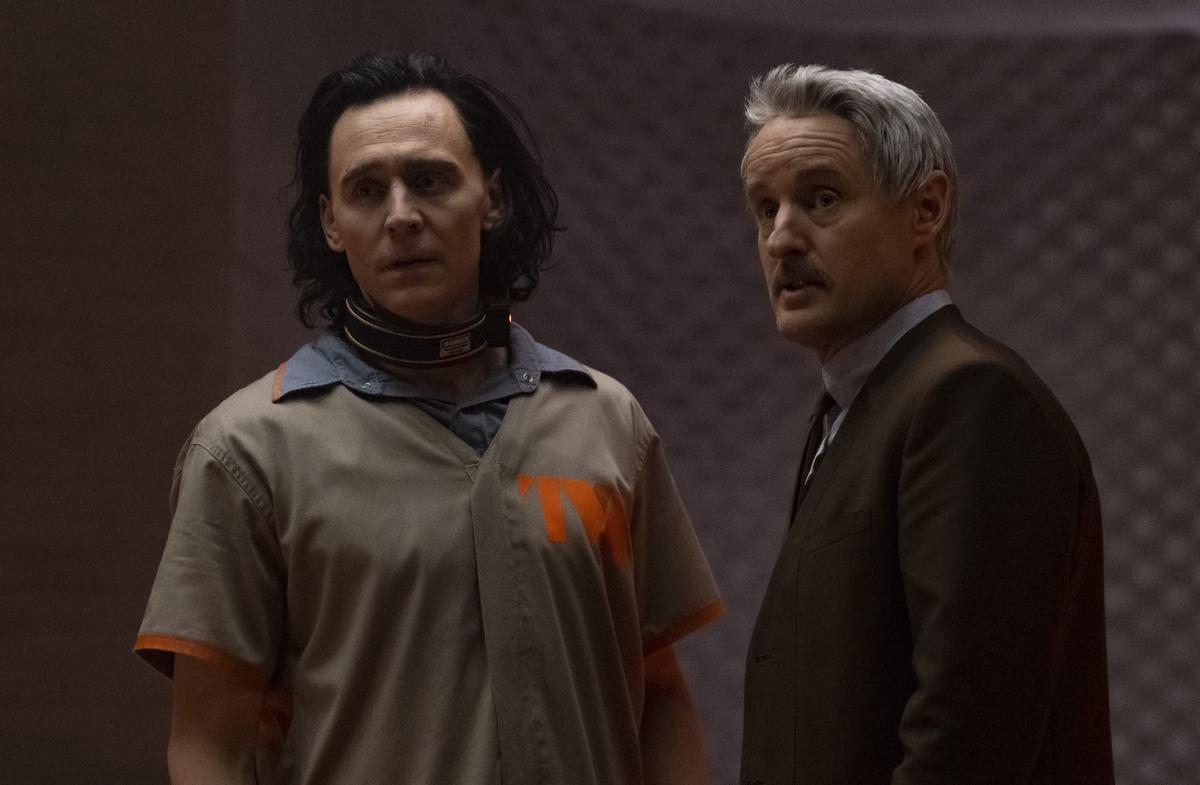 Tom Hiddleston (Loki) y Owen Wilson (agente Mobius) en 'Loki'.