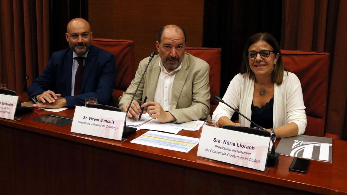 El director de Catalunya Ràdio, Saül Gordillo; el de TV-3, Vicent Sanchis, y la presidenta en funciones de la CCMA,Núria Llorach, en el Parlament.