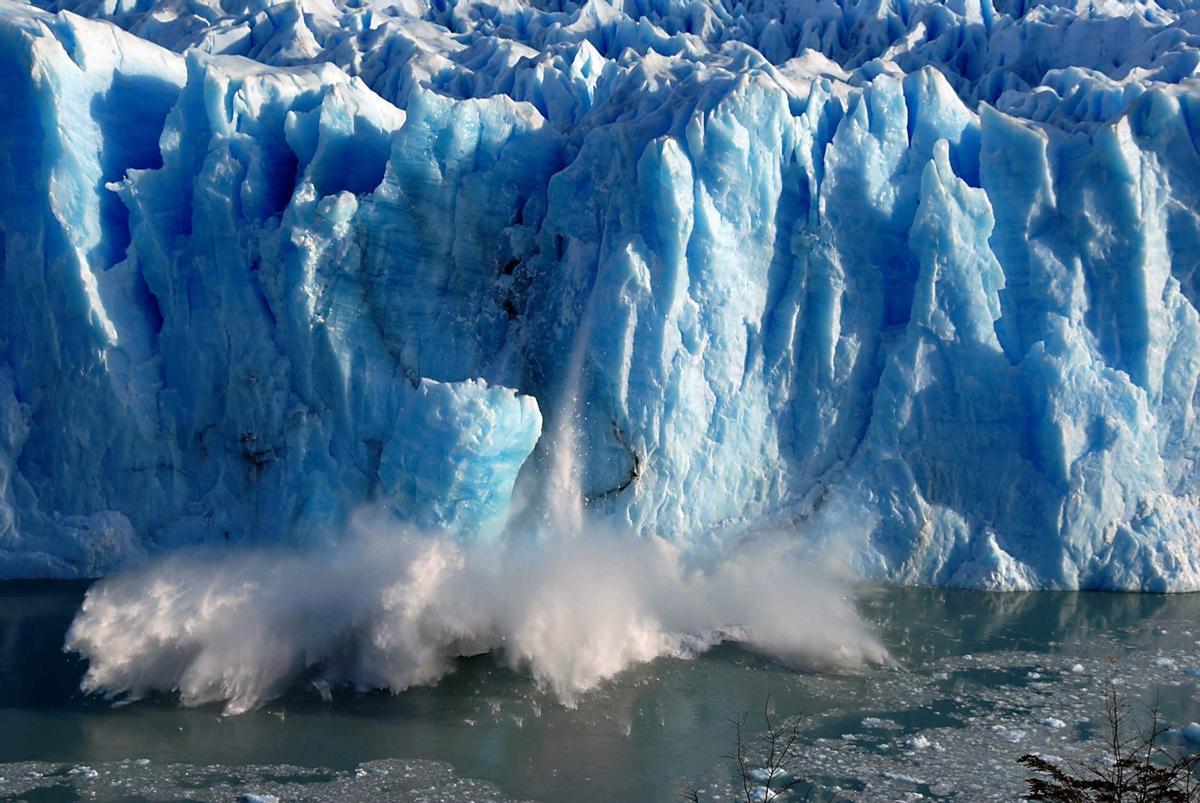 Grandes bloques de hielo caen sobre el Canal de los Témpanos el 7 de julio de 2008, en Santa Cruz (Argentina) causados por la grieta generada por la presión del agua, en el dique natural formado en el glaciar Perito Moreno entre el brazo Rico y el Lago Argentino, en el Parque Nacional Los Glaciares.