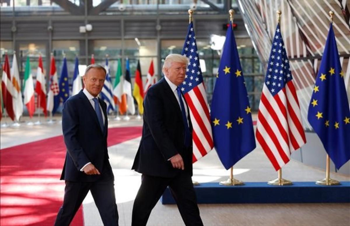 El presidente de EEUU, Donald Trump (derecha), con el presidente del Consejo Europeo, Donald Tusk, en Bruselas.