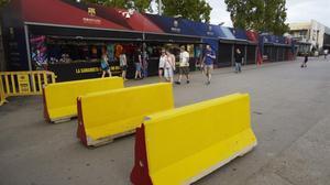 Pilonas de cemento en los alrededores del Camp Nou.