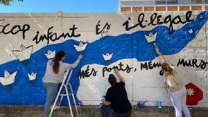 Unos niños pintan un mural contra el racismo en una actividad organizada por Fundesplai, este sábado.