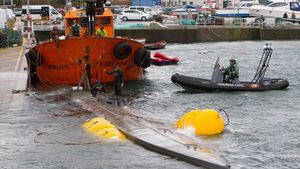 Traslado del narcosubmarino hasta el puerto de Aldán.