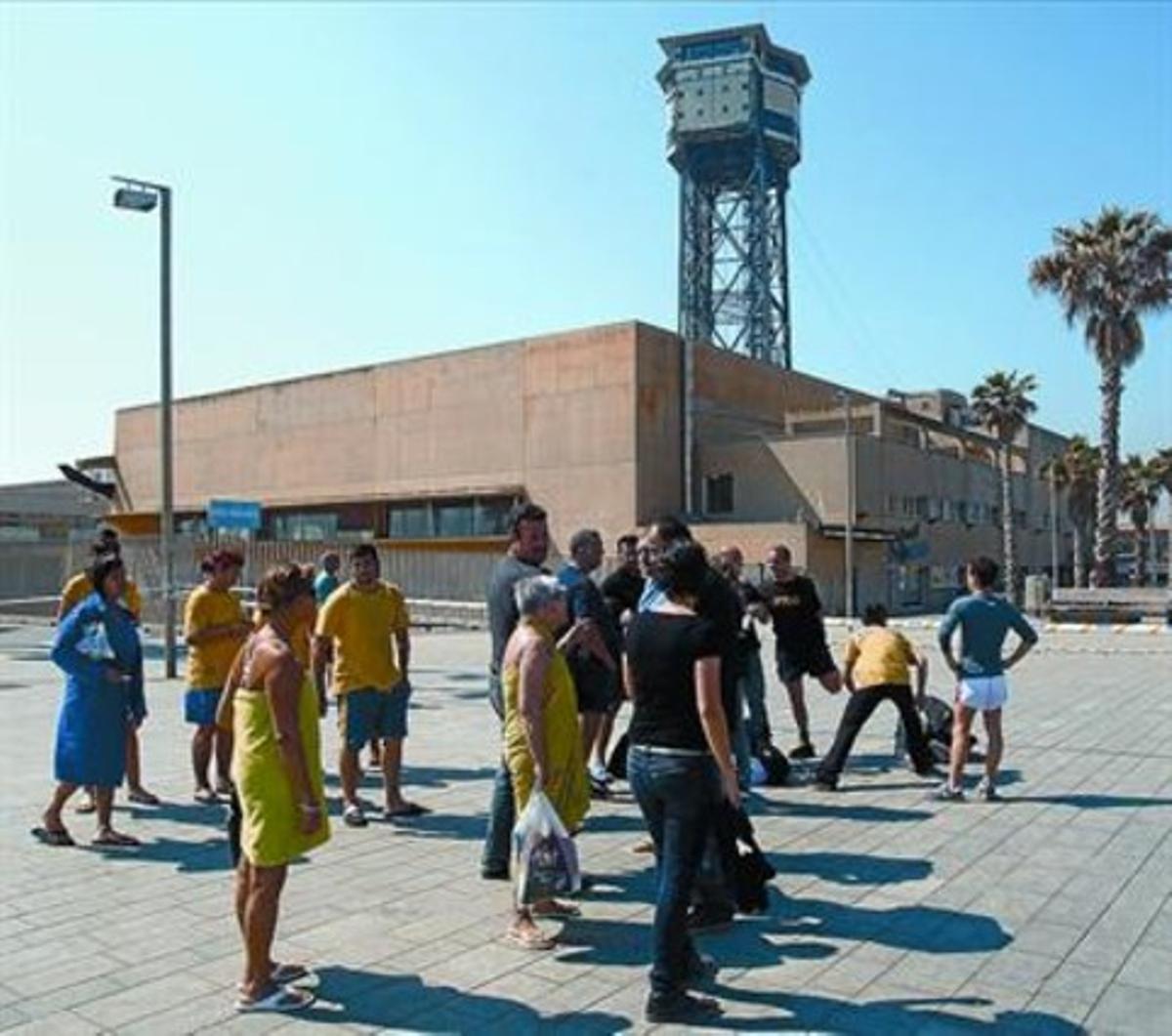 Socios y empleados del Club Natació Atlètic-Barceloneta, delante del edificio desalojado.
