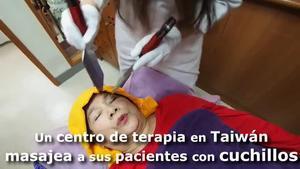 Angelina Hsiao treballa en una habitació silenciosa del centre de Taipei on fa massatges a l'esquena, el cap i la cara dels seus pacients amb ganivets sense afilar en un intent d'alleujar-los el dolor.