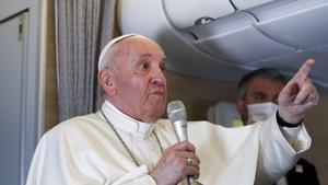 El papa francisco en su viaje de vuelta de Irak.