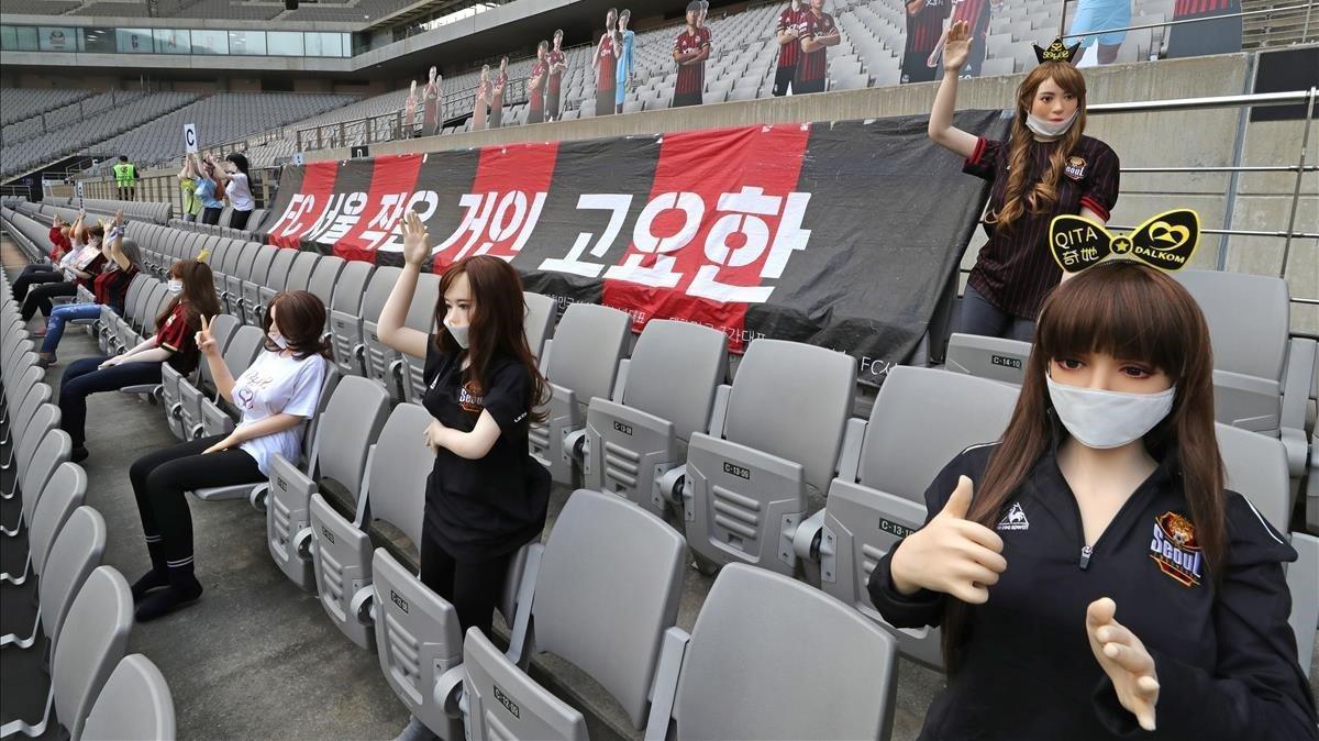 Muñecas hinchables, uniformadas de animadoras, en las gradas del Estadio de la Copa Mundial de Seúl.