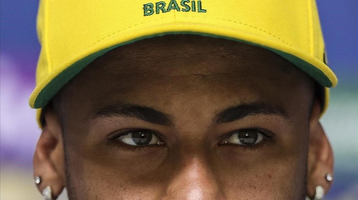 Neymar fija la mirada en los periodistas durante la rueda de prensa de este martes, en Teresópolis.