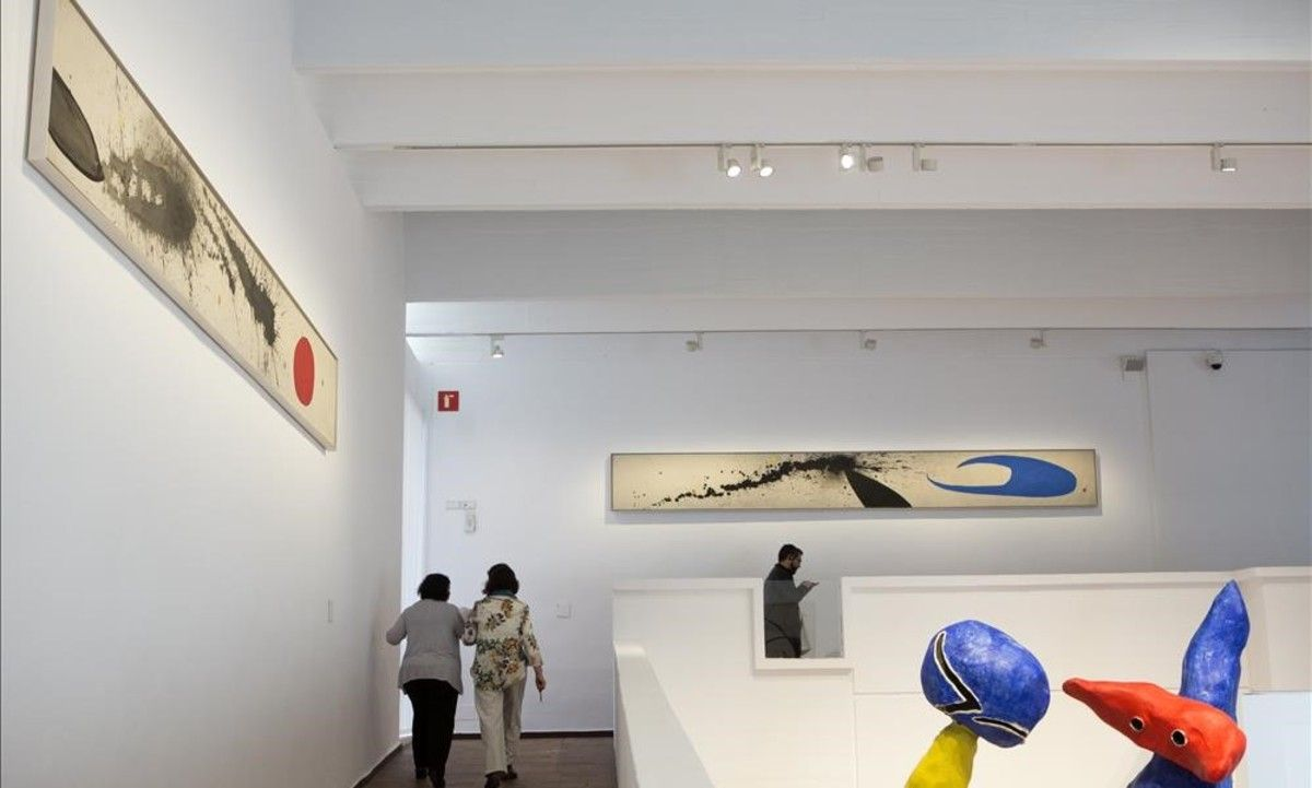 'El día' (izquierda)y 'La noche' (al fondo), dos óleosde cinco metros y medio por medio de alto, que vuelven a poder verse de nuevo juntas,en la renovada presentación de la colección permanente de la Fundació Miró.