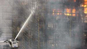 Cientos de bomberos chinos luchan para apagar un incendio en un rascacielos de 25 pisos que estaba en obras en Shangai (China). Hasta el momento no se sabe si hay víctimas.