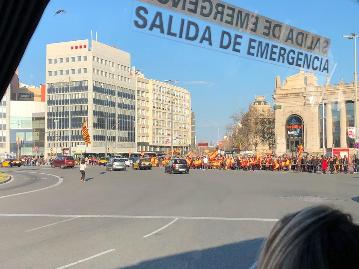 Manifestantes a favor de la unidad de España, en la plaça d'Espanya.