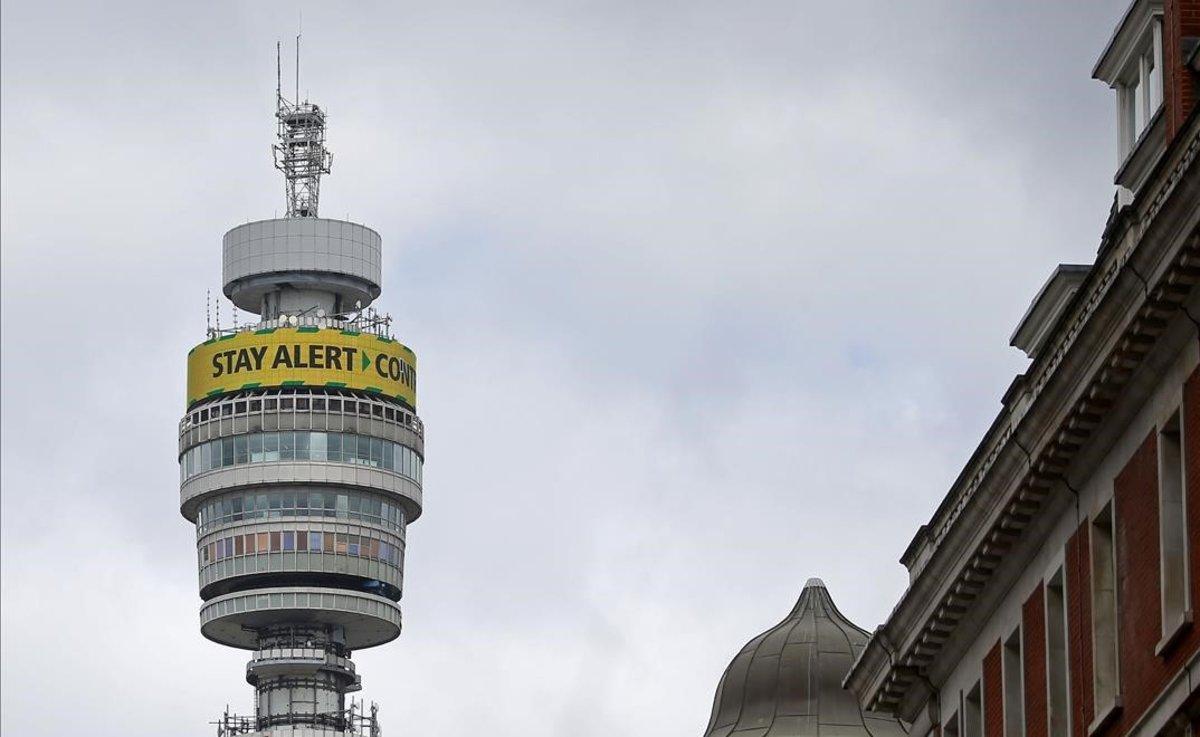 La torre de British Telecom, con el mensaje 'Mantente alerta. Controla el virus. Salva vidas'.