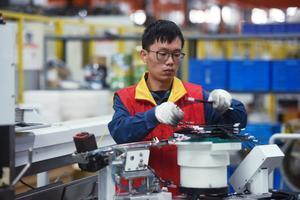 Un trabajador de una planta eléctrica en Hangzhou (China).