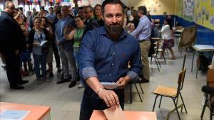 Santiago Abascal, presidente de Vox, vota en Madrid para las elecciones municipales, autonómicas y europeas que se han celebrado este domingo.