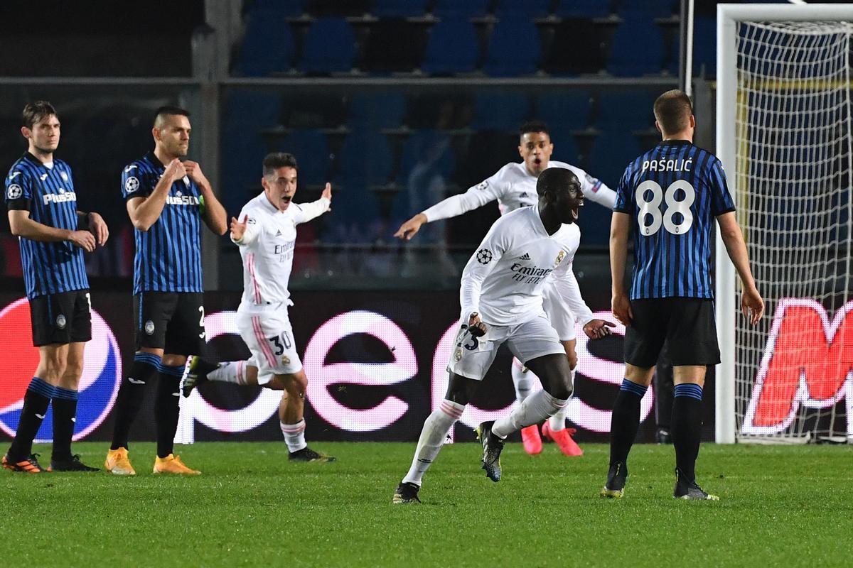 Los jugadores del Madrid celebran el gol de la victoria ante el Atalanta.