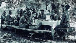 Miembros de la alemana Legión Cóndor comiendo bajo un olivo en el aeródromo de La Sénia.