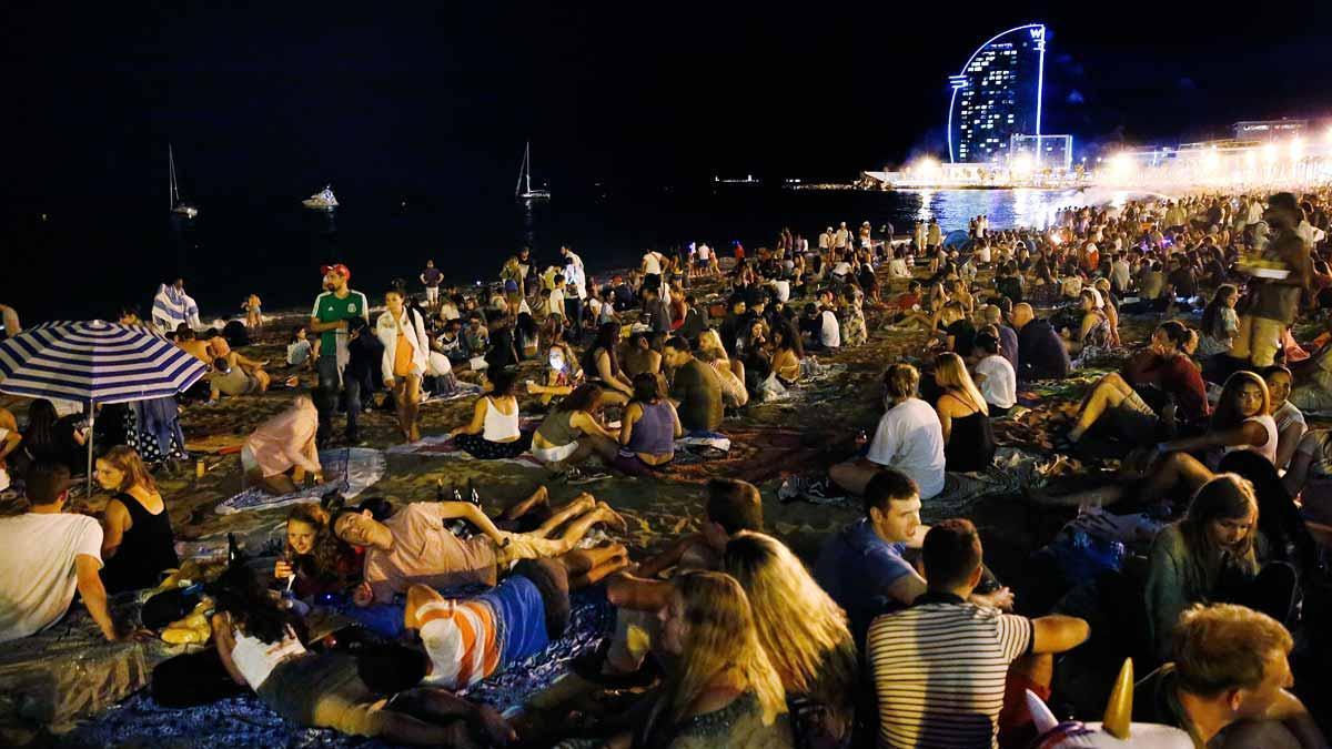 Albert Batlle prevé que por Sant Joan haya en las playas una megaconcentración como las de antes de la pandemia. En la imagen, verbena de Sant Joan en la playa de la Barceloneta en el año 2018.