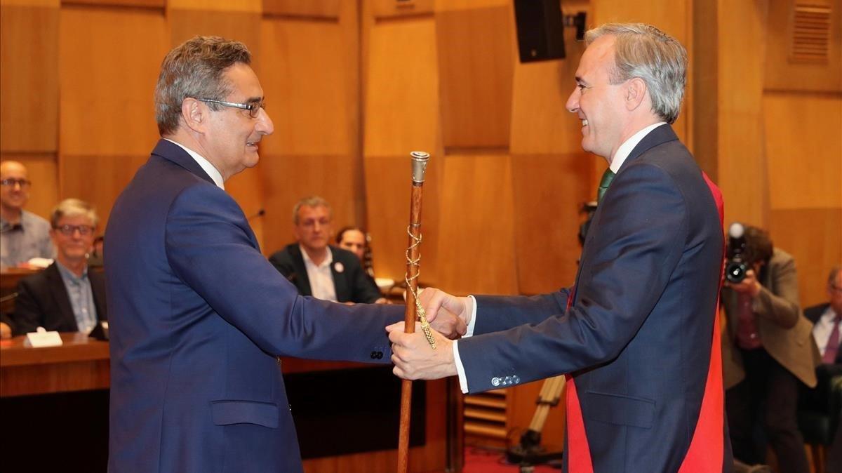 El candidato del PPa la alcaldia de Zaragoza,Jorge Azcón,recoge el bastón de alcalde.