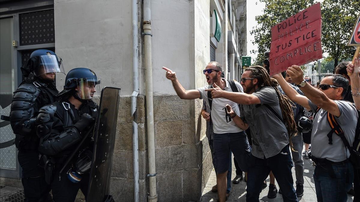 Unos manifestantes increpan a los antidisturbios durante las protestas en Nantes.