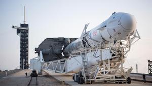 El cohete Falcon 9 de SpaceX y la capsula Dragon, durante los preparativos de vuelo en una plataforma del Centro Espacial Kennedy.