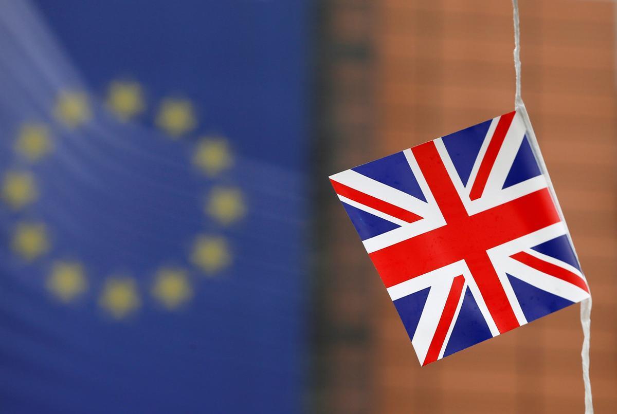 Una bandera británica ondea en el edificio de la Comisión Europea en Bruselas.