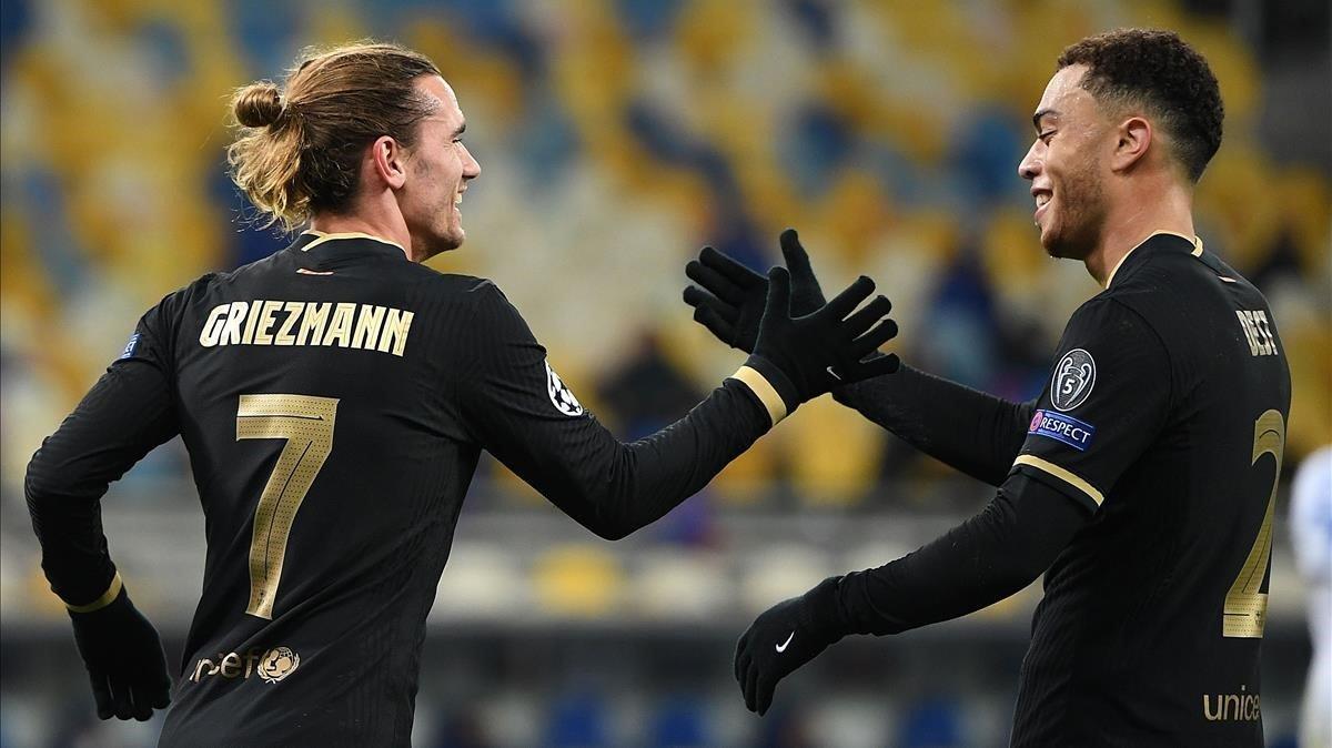 Griezmann y Dest festejan un tanto en Liga de Campeones.