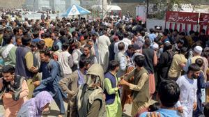 Una multitud intenta entrar en el aeropuerto internacional Hamid Karzai de Kabul.