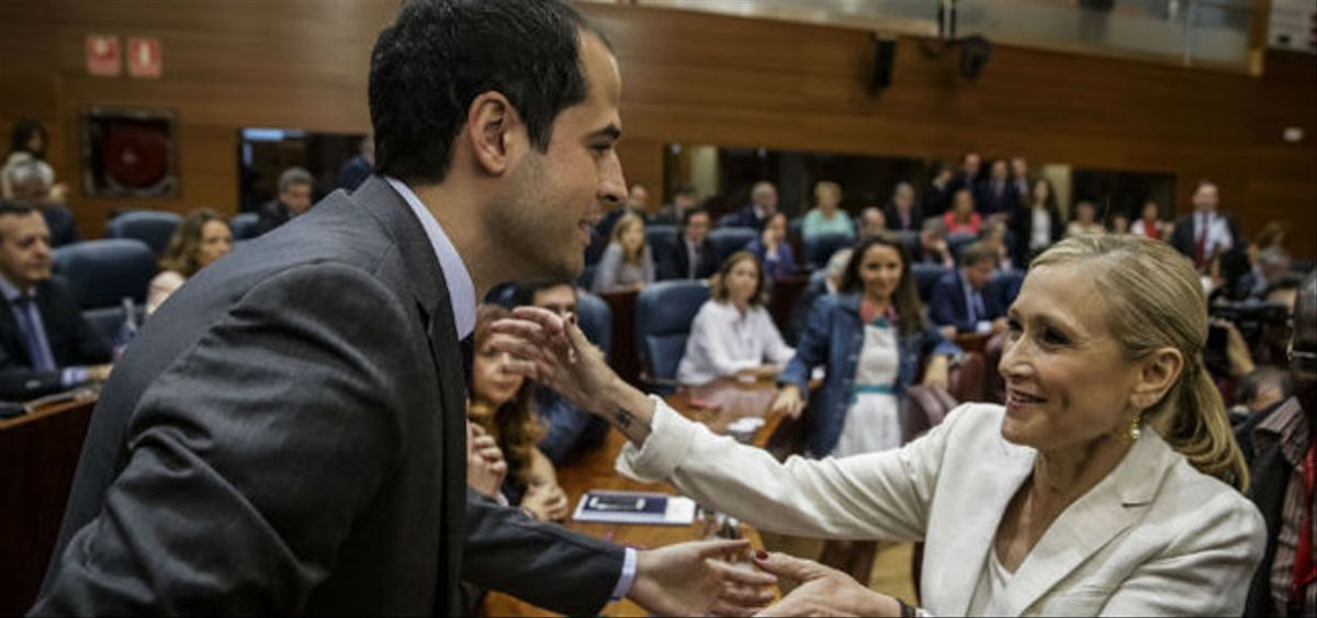 La candidata del PP, Cristina Cifuentes, saluda al candidato de Ciudadanos, Ignacio Aguado, este miércoles, en la Asamblea de Madrid.