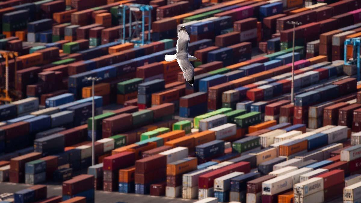 La economía española entra en recesión tras un desplome histórico del PIB. En la imagen, contenedores en el puerto de Barcelona.
