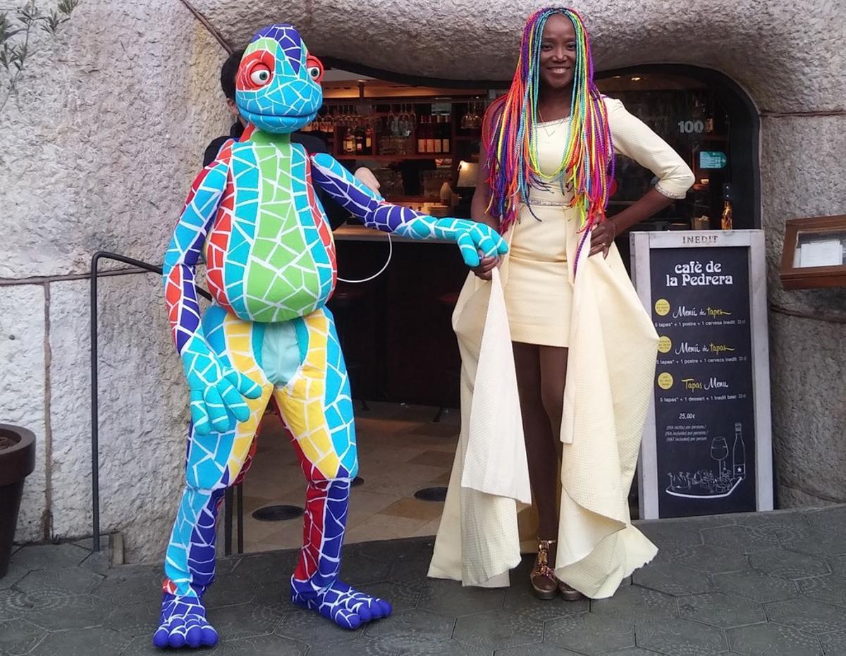 La cantante Lucrecia, con el Drac Antón, su compañero del musical 'Una bruixa a Barcelona', el miércoles, en Barcelona.