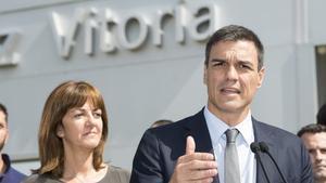 Idoia Mendia, secretària general dels socialistes bascos, escolta Pedro Sánchez, secretari general del PSOE, el 16 de juliol passat, en la seva visita de dos dies a Euskadi.