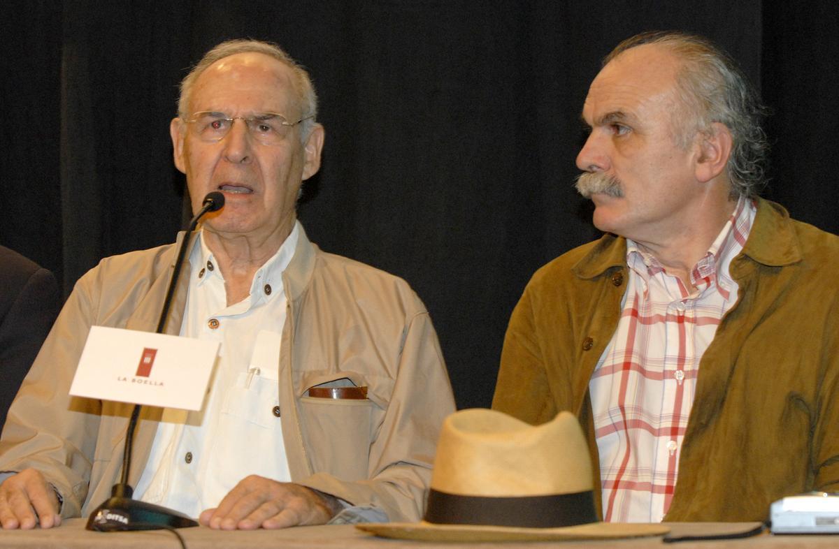 El profesor Emiliano Aguirre (izquierda), acompañado de Eudald Carbonell, en una rueda de prensa de 2007.