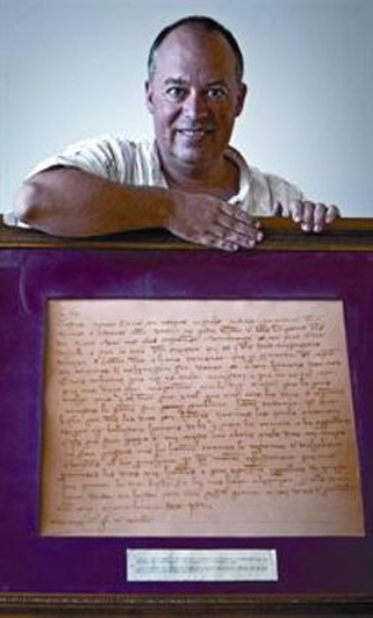 Eusebi Ayensa, con el texto que escribió Pere el Cerimoniós.