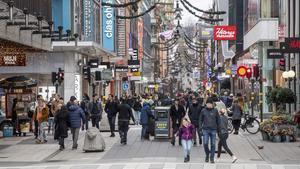 Ciudadanos de Estocolmo pasean por una calle comercial del centro de la ciudad, este martes.