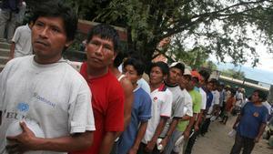 LIM12 - BAGUA (PERÚ), 08/06/09.- Un grupo de indígenas hace fila para recoger alimentos hoy, 8 de junio de 2009, en la sede de la Casa Pastoral de Bagua, departamento de Amazonas (Perú). La ONG Amazon Watch, comprometida con los derechos de los pueblos indígenas, denunció este lunes que la Policía peruana está haciendo desaparecer cadáveres de nativos con el fin de minimizar el número de víctimas en los violentos disturbios ocurridos el viernes en la citada ciudad. EFE/PACO CHUQUIURE