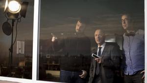 Àlex y David Pastor, con Javier Gutiérrez, en el rodaje de 'Hogar'