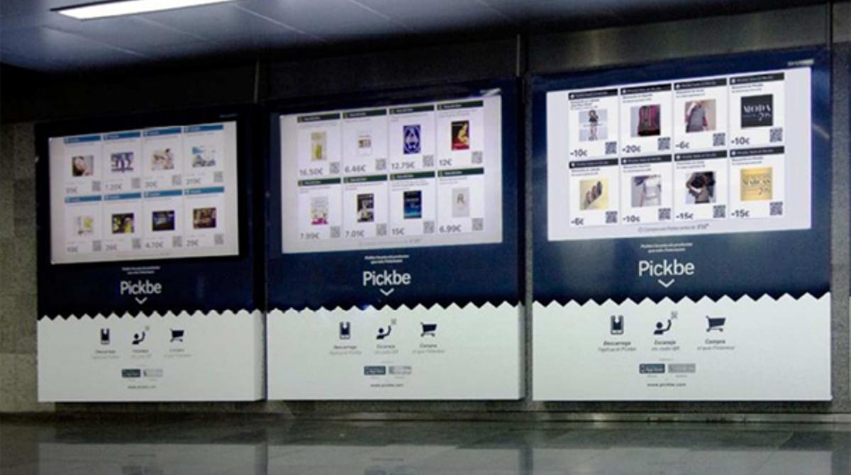 Monitores de las tiendas virtuales de Pickbe en el metro de Barcelona.