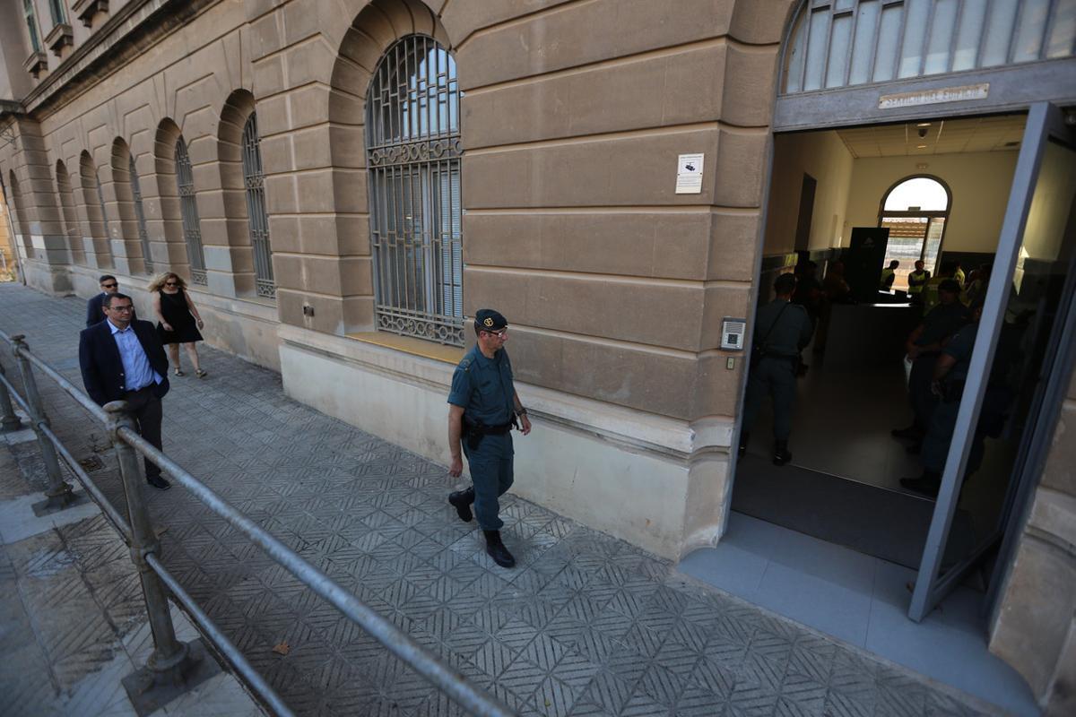Registro de la Guardia Civil en la sede de Adif, en la Sagrera de Barcelona, este martes.