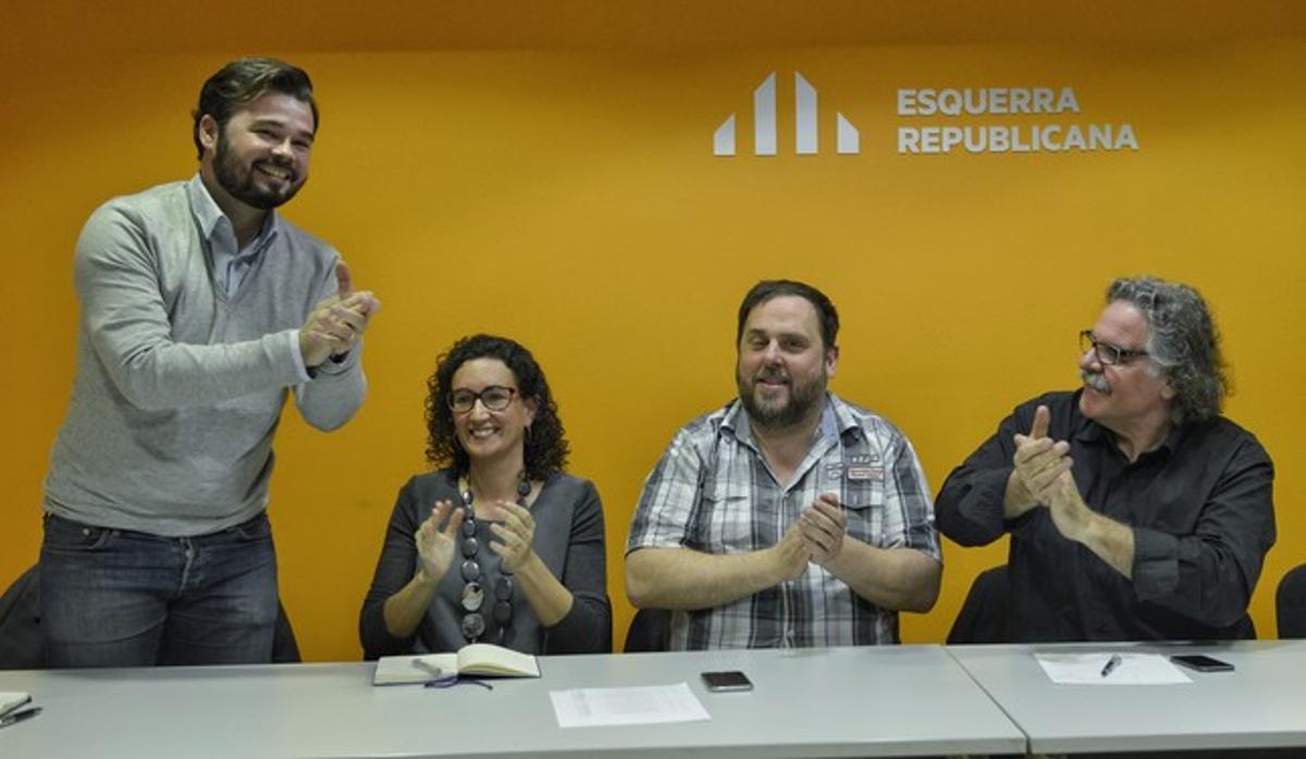 Rueda de prensa de ERC para valorar los resultados electorales. De izquierda a derecha, Gabriel Rufián, Marta Rovira, Oriol Junqueras y Joan Tardà.
