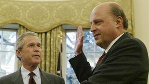 Foto de archivo, de abril del 2005, en la que se ve a John Negroponte jurando su cargo frente al entonces presidente de EEUU,GeorgeW. Bush.