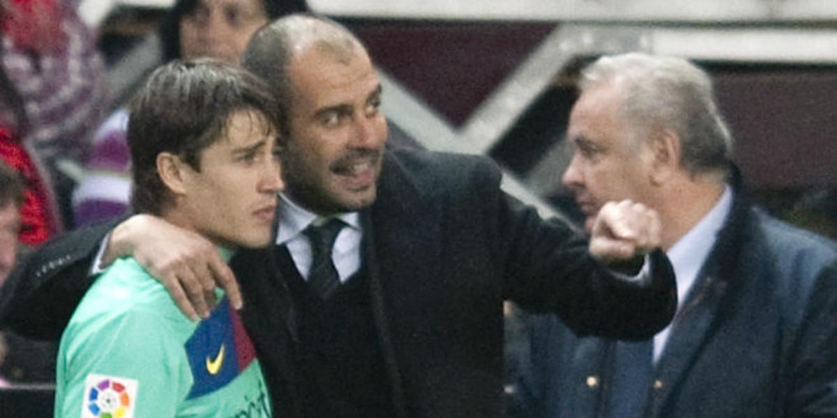 Bojan escucha las indicaciones de Pep Guardiola en un partido de Liga en Gijón, el 13 de febrero del 2011.