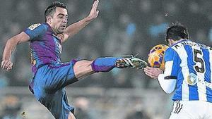Xavi y Bergara disputan el balón.